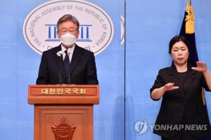 Gyeonggi Gov. Lee Jae-myung announces his presidential campaign pledge to provide basic income to all citizens during a press conference at the National Assembly in Seoul on July 22, 2021. (Yonhap)
